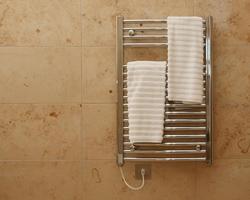 Электрический полотенцесушитель бьет током. Какая причина и что делать?>